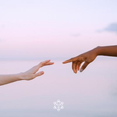 Deux mains de deux personnes différentes. Trouver ce qui unit et perturbe une relation.