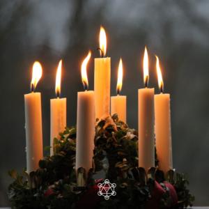 Des bougies allumées en prière. Méditation. Recueillement